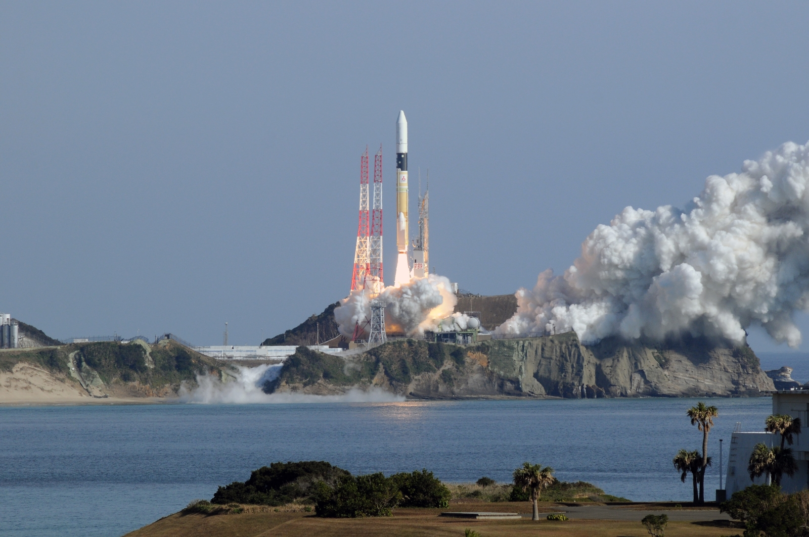 Japan launches joint military, scientific optical data relay satellite